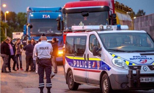 Фермеры и дальнобойщики под Кале перекрыли трассу протестуя против'Джунглей мигрантов