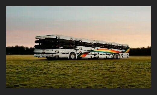Zviedrijā izgatavots autobuss no 50 vieglajiem auto