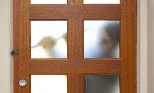 Čiekurkalnā divi garnadži pa logu iekļūst dzīvoklī un to apzog
