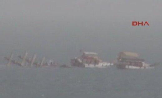 Появилось видео, как около берегов Анталии тонет катер стуристами