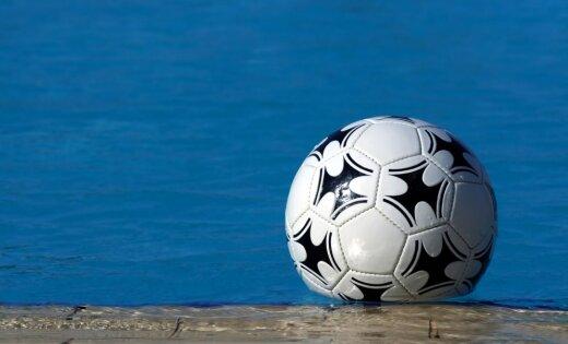 Rumānijas futbola čempionātā spēli nepabeidz aizpeldējušu bumbu dēļ