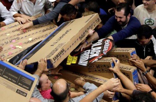 """ФОТО. Американцы штурмуют магазины в """"Черную пятницу""""; в Латвии — тоже скидки"""