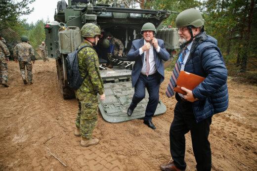 Люди ломают глаза, пытаясь найти на этом фото президента Латвии. Попробуй сломать и ты