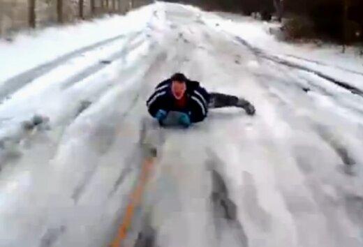 Video: Cik dīvaini poļu tētis izklaidē savu dēliņu
