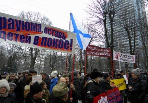 ФОТО: у здания правительства состоялся пикет в защиту русских школ
