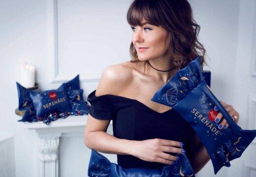 """ФОТО: Латвийский дизайнер превратил """"карумсы"""" и """"Серенады"""" в женские сумочки"""