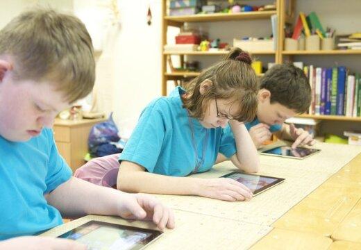 Rīgas 1. Speciālā internātpamatskola pirmā Latvijā uzsāk planšetdatoru 'iPad' izmantošanu mācību procesā