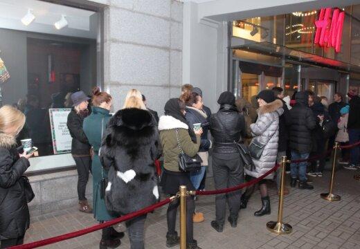 ФОТО: рижане с раннего утра выстроились в очередь за коллекцией Kenzo в H&M