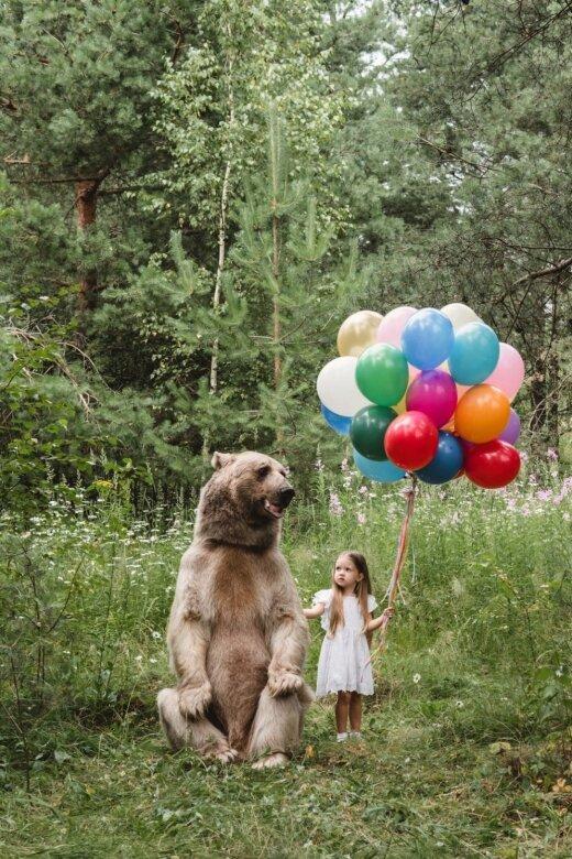 Neticami kadri: Bērni ar milzu lāci Maskavas mežos