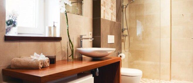 Iekārtošanas viltības, kas mazai vannasistabai liks izskatīties lielākai