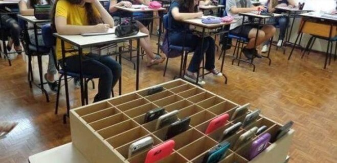 Dienas foto: Kaste mobilajiem telefoniem, kurai jāatrodas katrā skolā
