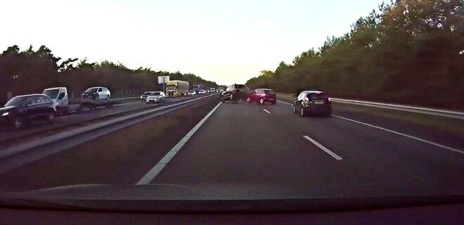 """ВИДЕО: """"Автопилот"""" Tesla предсказал аварию, предотвратил """"паровозик"""" на шоссе"""