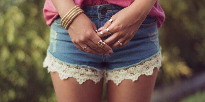 Veidi, kā atsvaidzināt un iekļaut garderobē no modes izgājušus džinsus