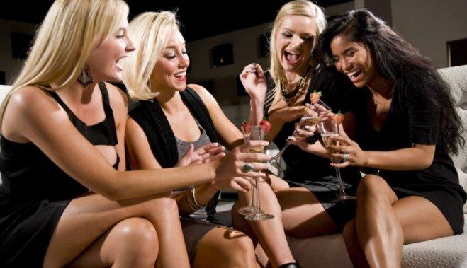 фото красивых женских ножек дома на вечеринке