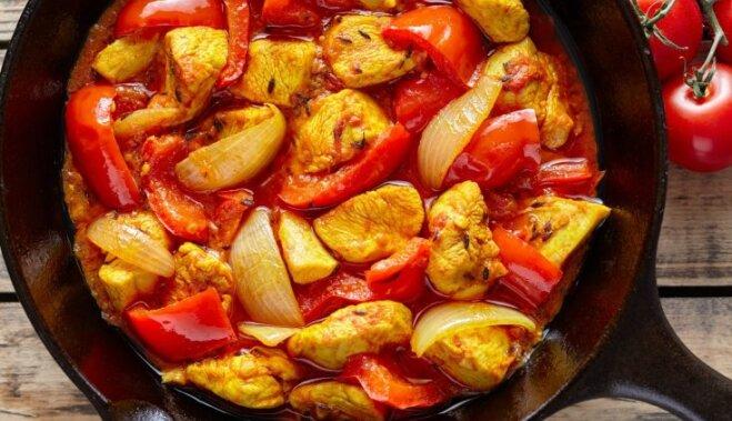 Курица со сладким перцем в ароматном томатном соусе