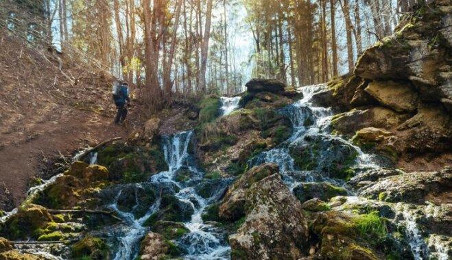 Ezeri, avoti un dabas takas: kur veldzēties un atpūsties ūdeņu tuvumā