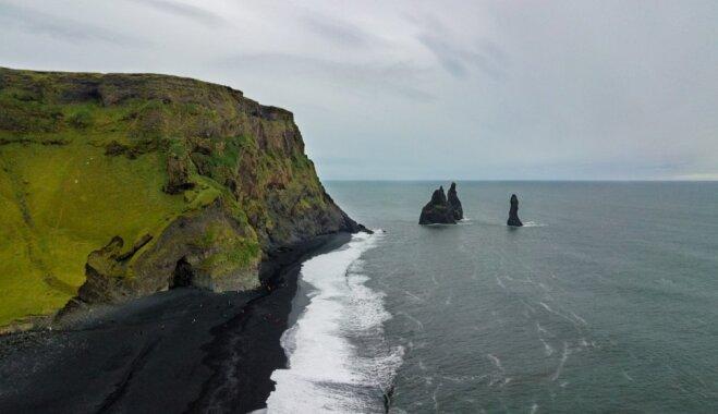 Piķa melna pludmale Islandē, kur atrodamas savdabīgas klintis