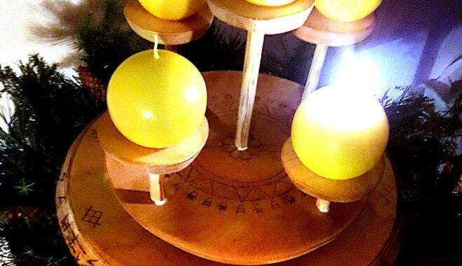 Foto: Lasītājs izveido ar dabas veltēm rotātu spēka svečturi 'Saulstāvji'
