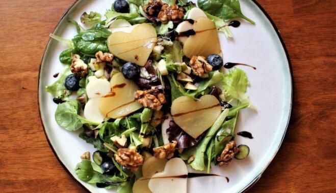Салат со шпинатом, грушей и козьим сыром