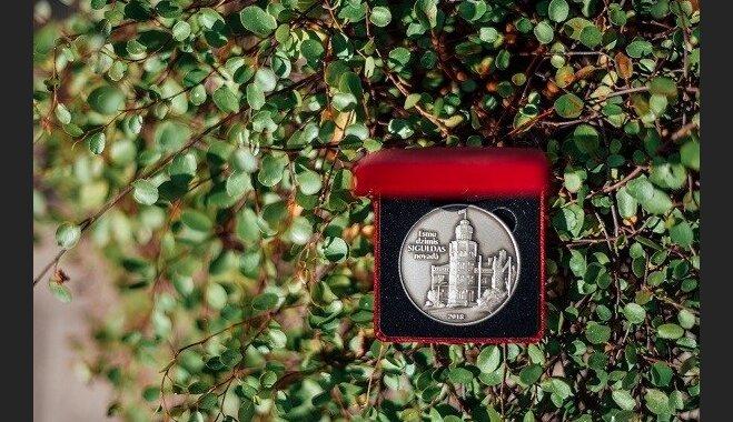 Siguldā ar īpašām monētām sveic šogad dzimušos mazuļus; populārākie vārdi – Paula un Jēkabs