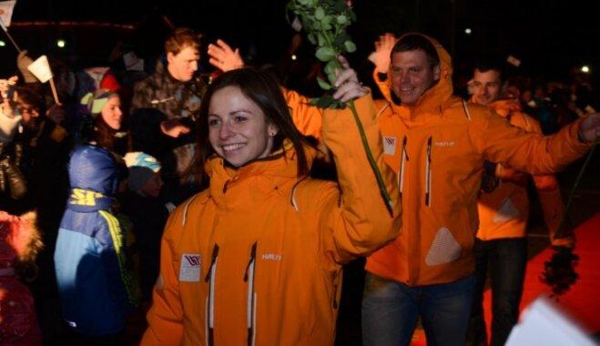 Foto: Sigulda olimpiskos skeletonistus sagaida ar krāšņu salūtu un 'Dzelzs vilks' koncertu