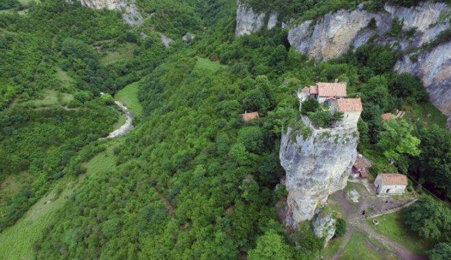 Savdabīga un skaista klints Gruzijā, kuru apdzīvo mūks