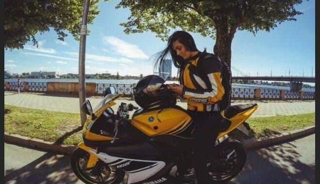 Секс рядом с мотоциклом