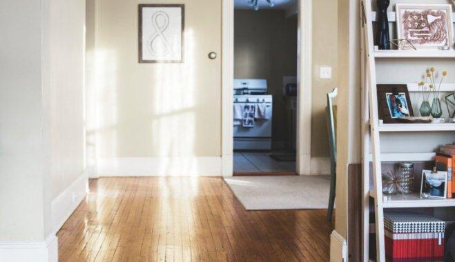 Neizmantots kakts viesistabā – kā praktiski un omulīgi iekārtot brīvo zonu