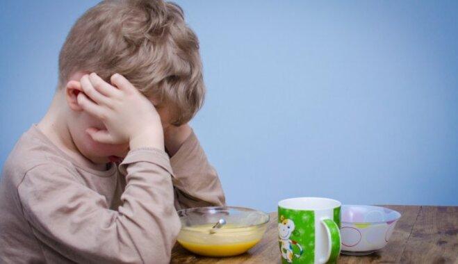 Bērns atsakās no ēdiena un gatavs tikai našķoties; ieteicamā rīcība vecākiem