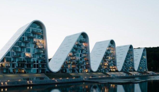 Foto: Dānijā tapusi unikāla dzīvojamā māja viļņu formā