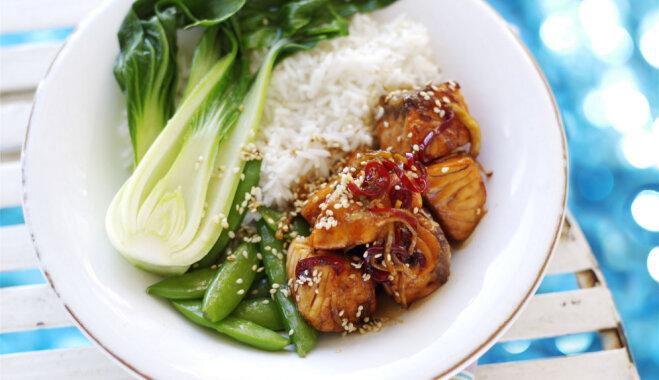 Vokpannā gatavots lasis saldskābā mērcē ar rīsiem, āzijas kāpostu un zirņu pākstīm