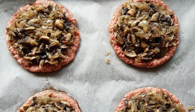 Krāsnī cepti kartupeļu burgeri ar gaļu un sēnēm