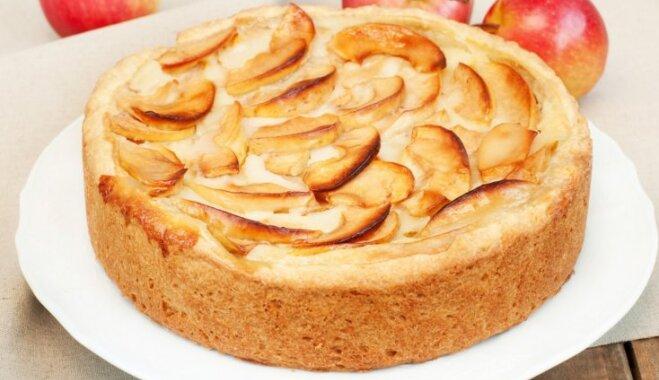Быстрый яблочный пирог со сметанным соусом