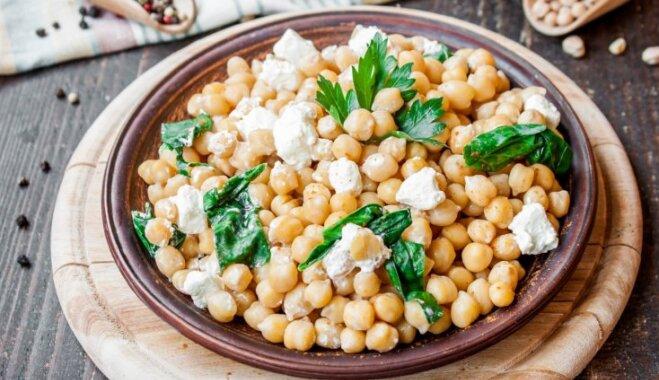 Vakariņas 15 minūtēs – veikli pagatavojami un sātīgi salāti brīvdienām bez liekām pūlēm