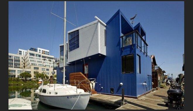Neparasta peldošā māja, kas ir daudz plašāka, nekā izskatās
