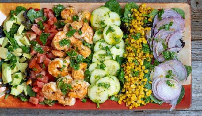Sulīgi dārzeņu salāti ar garnelēm un avokado