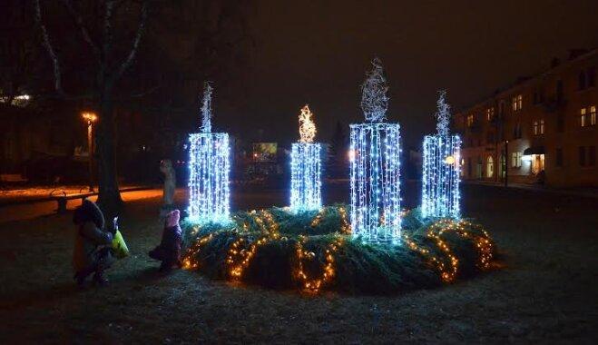 Daugavpils centrā uzstādīts Adventes vainags un pošas svētkiem Vienības laukumā