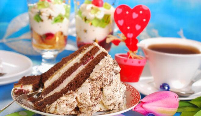 Šokolādes biskvīta torte ar putukrējumu un bezē
