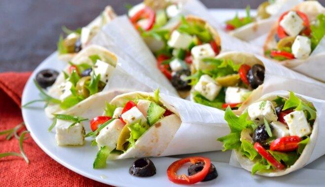 Vasarīga maltīte 10 minūtēs: ar grieķu salātiem pildītas tortiljas