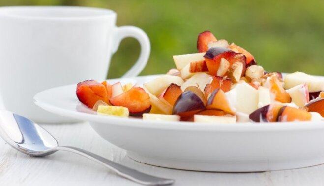 Лёгкий яблочно-сливовый салат