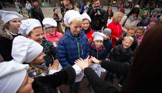 Foto: Smaidīgā un garšīgā gaisotnē Rīgas centrā nosvinēta Putras diena