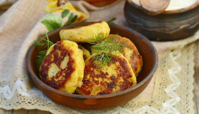 Kartupeļu plācenīši – ātri, lēti, garšīgi: 14 receptes mājīgām vakariņām