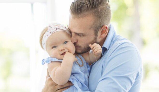 Vai runāt ar mazuli 'bēbīšu valodā' ir pareizi