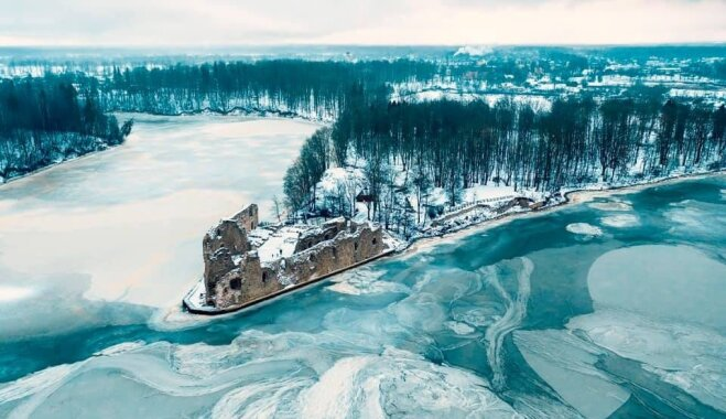 Maģiski foto: Kokneses pilsdrupas ziemas saltumā