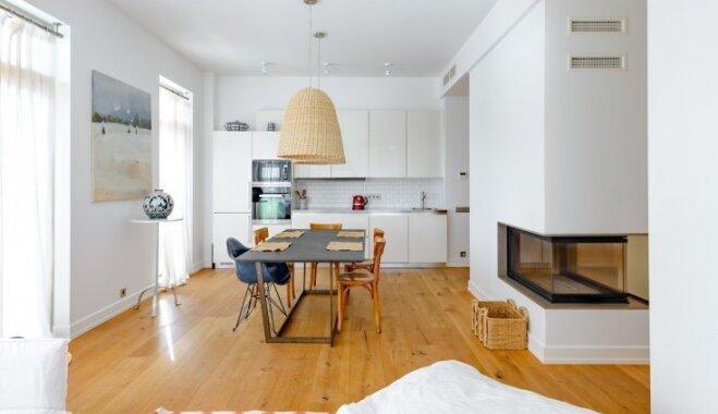 Koka un baltās krāsas harmonija – mūsdienīga dizaina dzīvoklis Bulduros