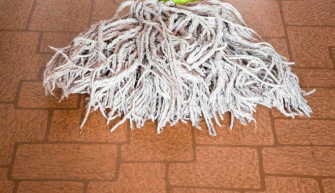 Kā notīrīt neglītās švīkas uz linoleja grīdas seguma