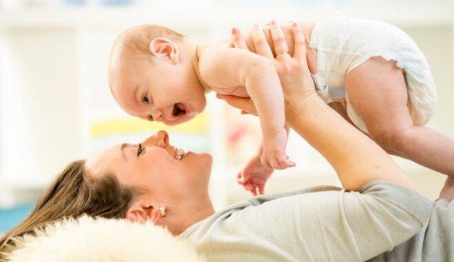 Aicina uz bezmaksas vingrošanas nodarbībām vecākus ar mazuļiem