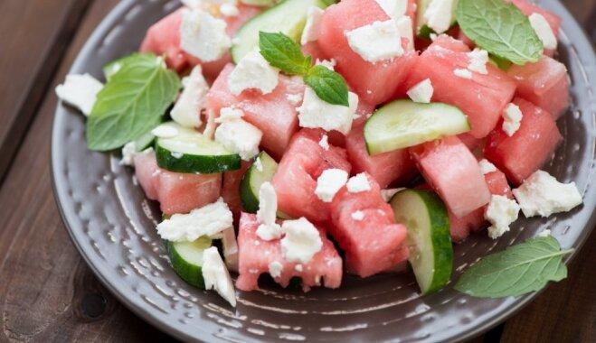 Arbūza un gurķu salāti ar svaigām piparmētrām, fetas sieru un baltvīna etiķi