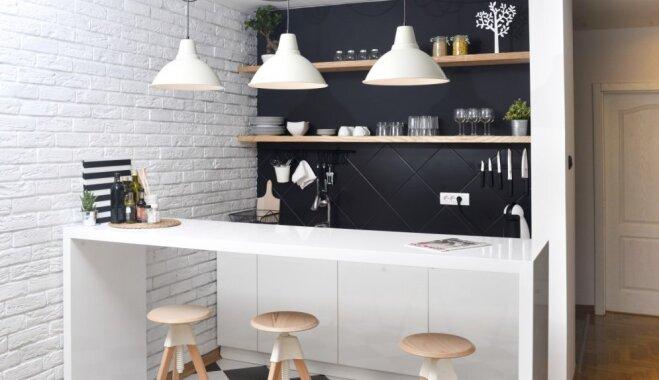 Melnām sienām, slēgtiem skapīšiem un parocīgu plānojumu – kādus virtuves interjerus iecienījušas dāmas Latvijā
