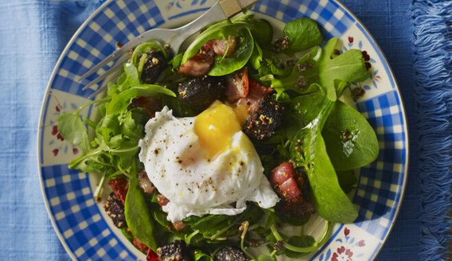 Zaļie salāti ar olu, asinsdesu un kraukšķīgām bekona šķēlītēm